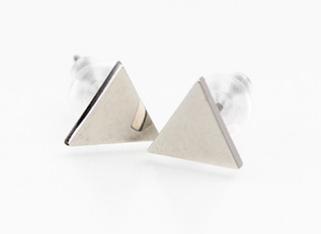 三角チタンピアス